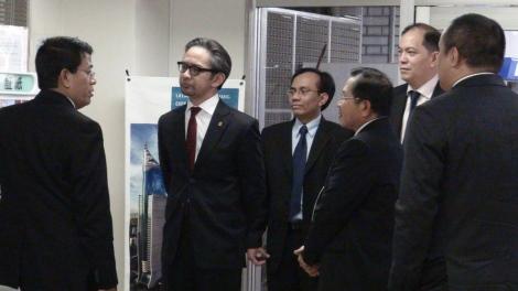 Menlu RI sedang meninjau fasilitas pelayanan dan perlindungan pos Tokyo